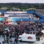 Big Brother Fans warten zur Live-Show vor dem Containergelände