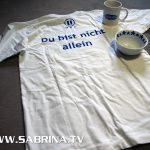 Utensilien aus dem Big Brother Container: Shirt, Kaffeepott und Porzellanschale.