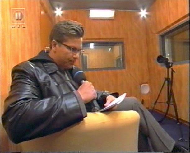 Sprechzimmer des Big Brother Hauses 2000 aus dem Blickwinkel der Bewohner. Hinter den Spiegeln war zusätzlich eine bemannte Betacam im Einsatz. Screenshot: RTL II