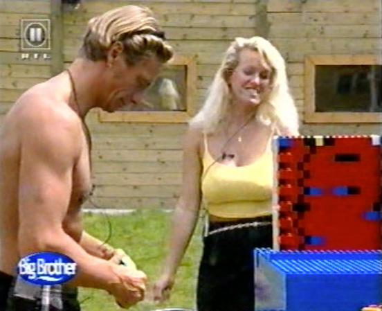 Jürgen und Sabrina bei der Wochenaufgabe _Stadion bauen aus Lego Duplo Steinen_ , Mai 2000. Screenshot: RTL II