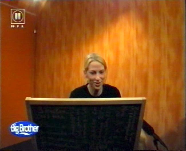 Kerstin gibt im Sprechzimmer des Big Brother Hauses die Bestelltafel für den Wocheneinkauf ab. Screenshot: RTL II