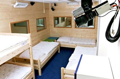 Mädchen-Schlafzimmer der ersten Big Brother Staffel vor dem Bezug. Oben rechts eine der damals riesigen Kameras. Foto: Endemol