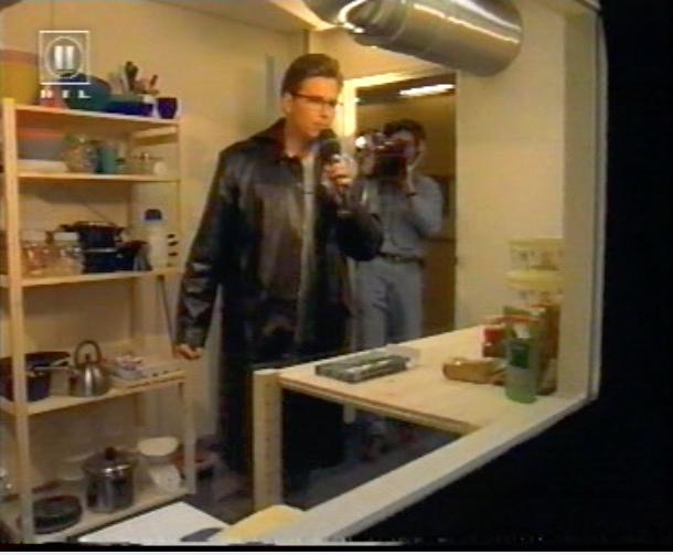 Die Schleuse des Big Brother Hauses 2000 verband den Bewohnertrakt mit dem Technik-Container. Screenshot: RTL II