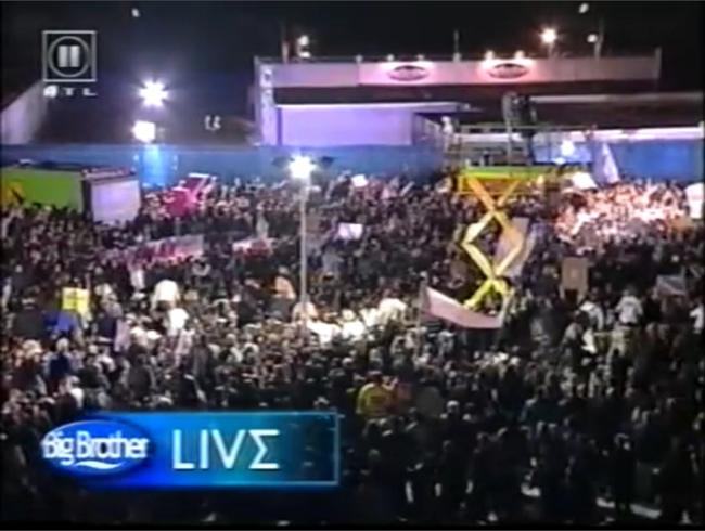 Menschenmassen auf dem Außengelände am Big Brother Haus 2000, Screenshot: RTL II
