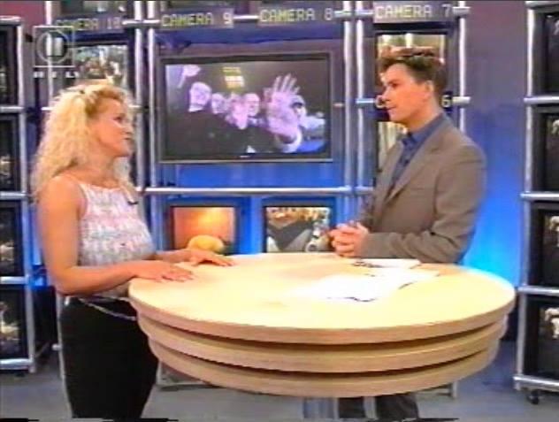 Sabrina unmittelbar vor ihrem Einzug ins Big Brother Haus im Studio mit Percy Hoven. TV-Screen: RTL II