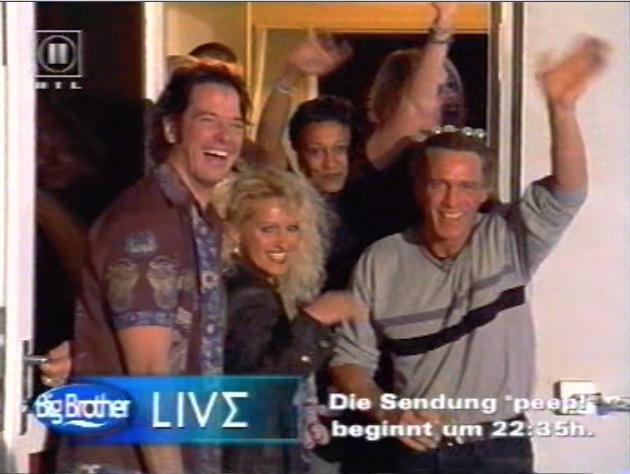 Gleich schließt sich die Tür: Sabrina wird von ihren Mitbewohnern in Empfang genommen. TV-Screen: RTL II