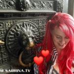 Sabrina Lange am Tor des Kölner Doms